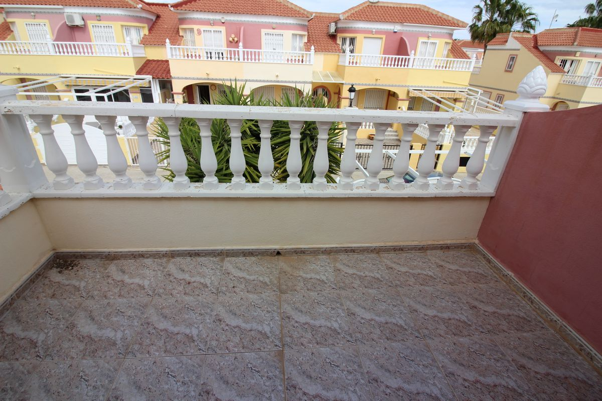Semi-Detached Townhouse situated on a large corner plot